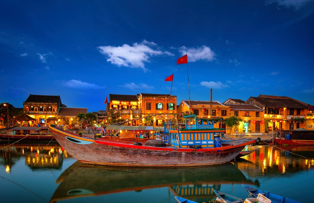 From the16th to the 18th centuries, Hoi An attracted international traders because of its location on the banks of Thu Bon River, conveniently flowing into the East China Sea. The merchants chose to stop here to wait for the right wind directions for their next destinations. Among them