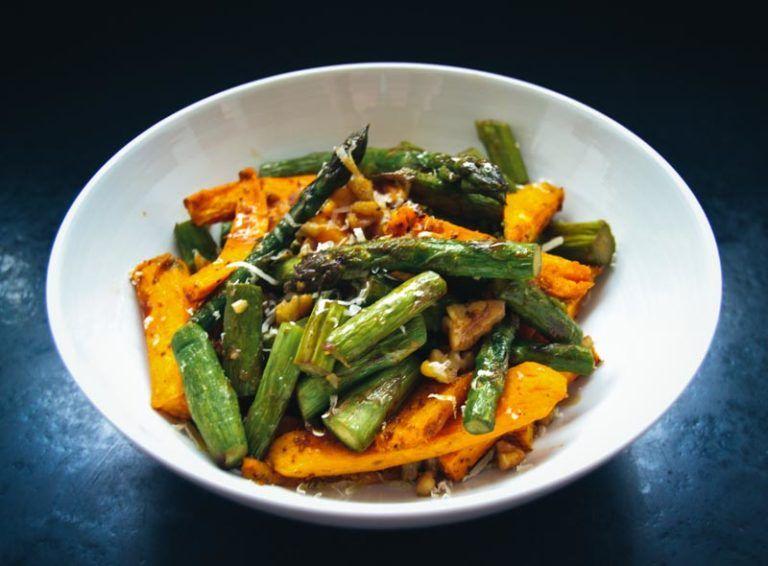 grüner Spargel Salat mit Süßkartoffel, Walnüssen, Parmesan – Carey&CleanEatingS