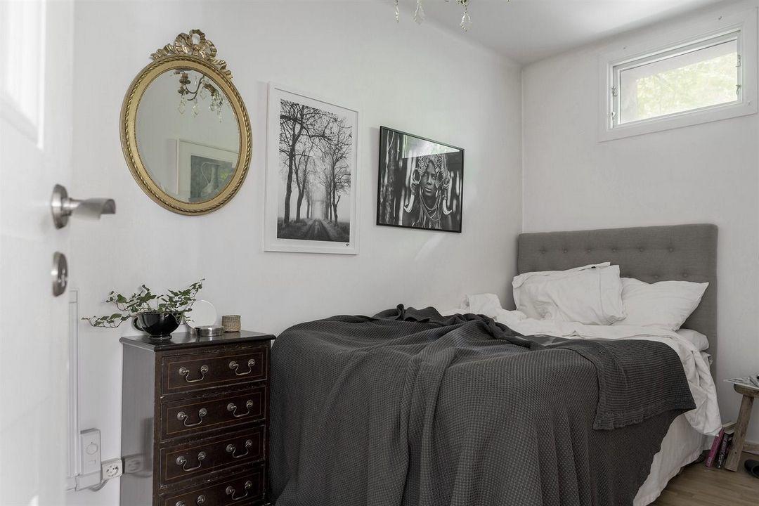fotos en blanco y negro enmarcadas, espejo redondo dorado, mueble ...