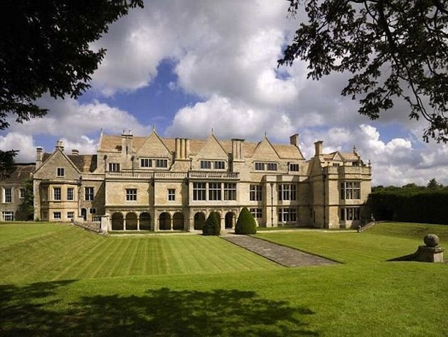 Historic British Mansion Has 48 Rooms But No Toilet Historic England Mansions English Heritage