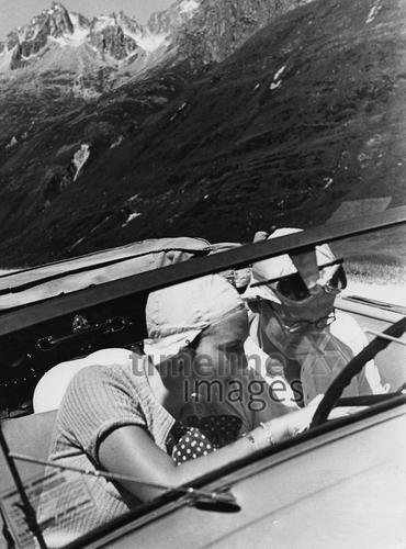 Autoreisen, 1930er. ullstein bild - Wolff & Tritschl/Timeline Images #Ausflug #Sommer #Autofahrt #Cabrio #Trip #Autofahrer