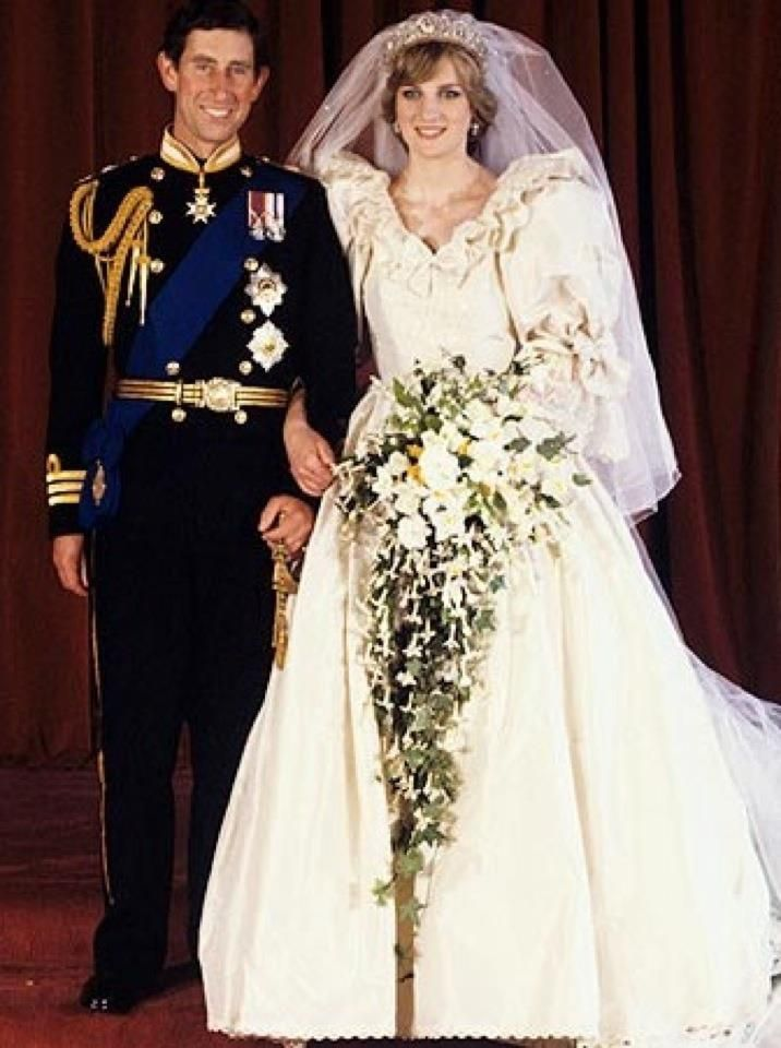 Pin Von Naomi Stiles Auf The Fairytale Wedding Prinzessin Diana Hochzeit Beruhmte Hochzeitskleider Konigliche Hochzeitskleider