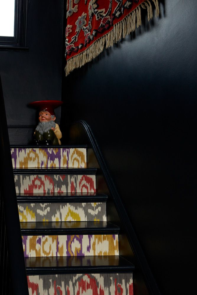 gg2_steps_005_b_0069.jpg 667×1,000 pixels Like the wallpaper stairs the gnome table is scary