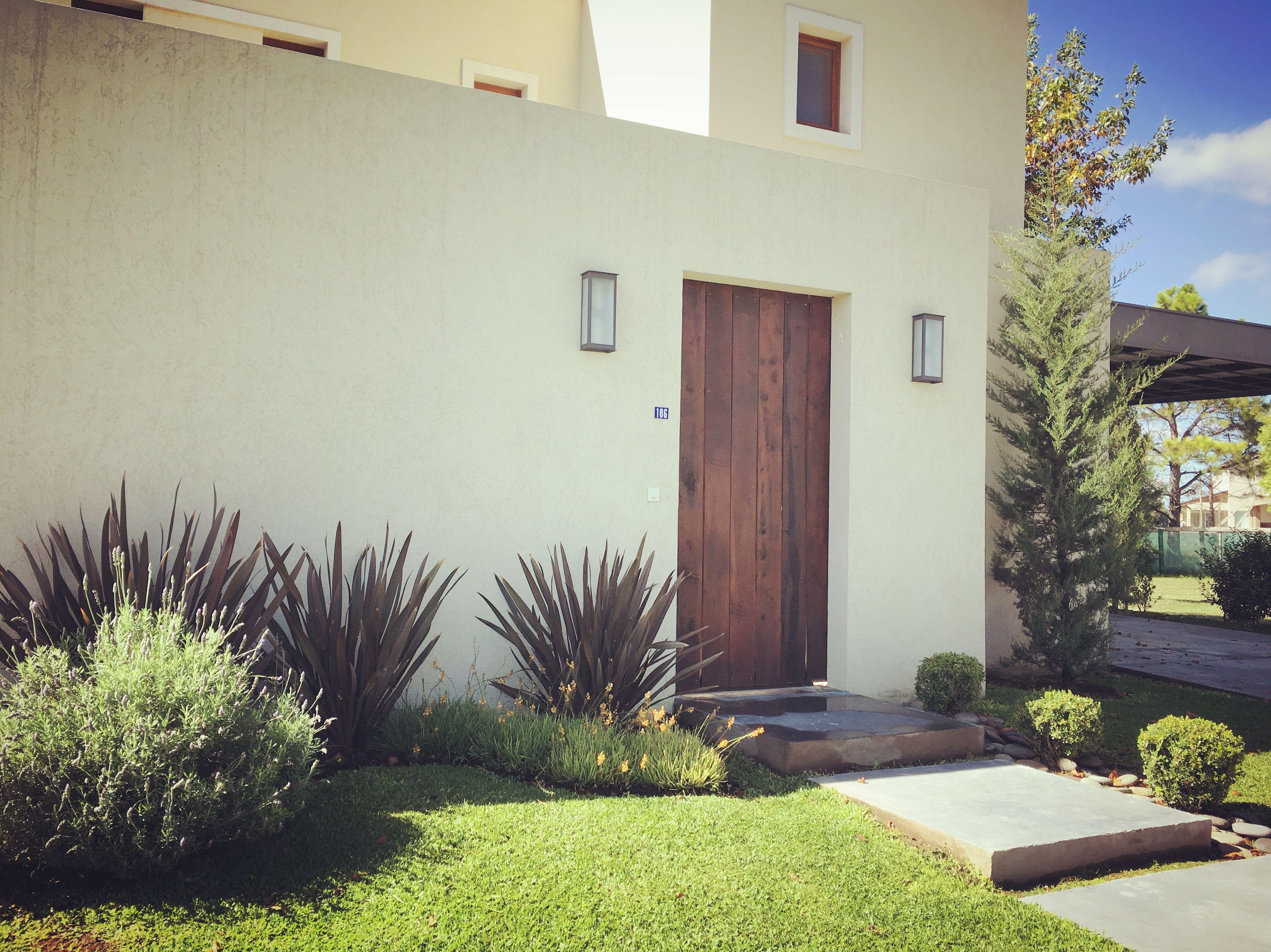 Jardin de entrada buxus bocha formios rubra bulbines y for Jardin 7 colores bernal
