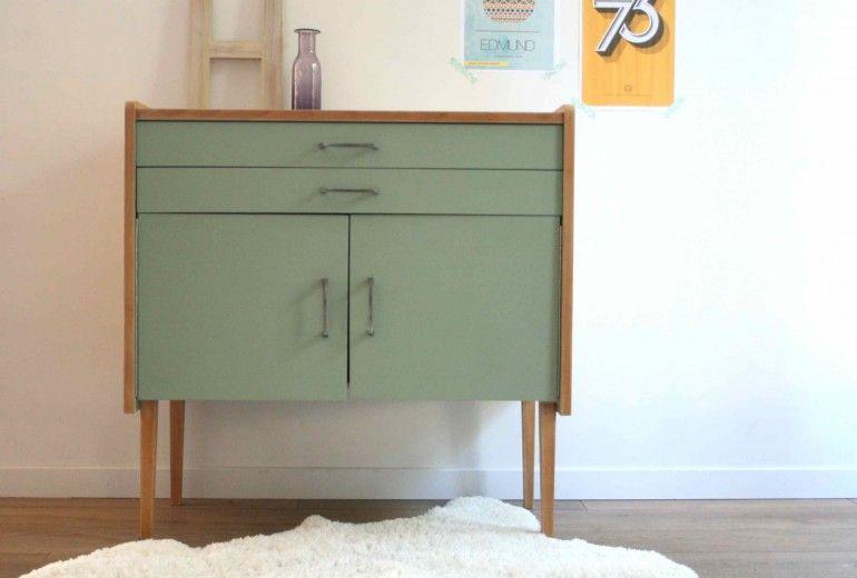 Ce meuble de rangement datant des années 60, a un look atypique Son