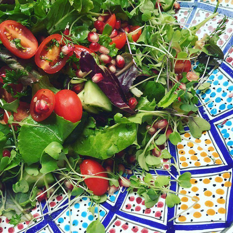 Eat more salad!  #meatfreemonday Salad consists of mixed greens cherry tomatoes cucumber parsley pomegranate seeds and micro greens. Dressed with freshly squeezed lemon juice and olive oil  #lowfodmapmadeeasy #lowfodmap #lowfodmaps #lowfodmapdiet #lowfodmapdiæt #lavfodmap #lowfodmapfriendly #lowfodmapliving #fructmal #fructosefriendly #fructosemalabsorption #fodmap #fodmapdiet #fodmapfriendly #naturallyglutenfree #mixedgreens #lettuce #cherrytomatoes #tomato #tomatoes #cucumber #pomegranate…