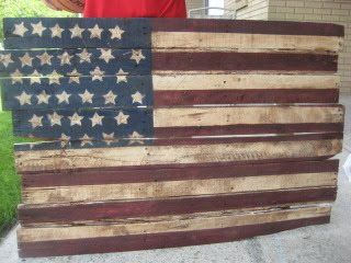 Rescue a pallet from the garbage and turn it into a rustic flag like