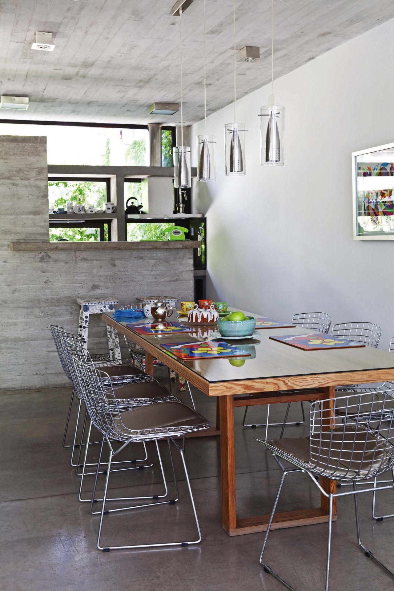 Una casa con base de hormig n y detalles de color for Estructura de cocinas modernas