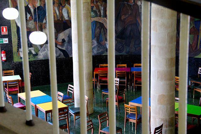 Comedor de La Laboral, Gijón, de lo más colorido.