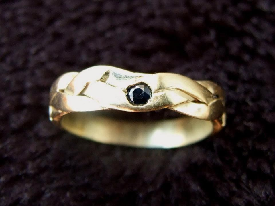"""""""Gevlochten"""" gouden ring met Saffier."""