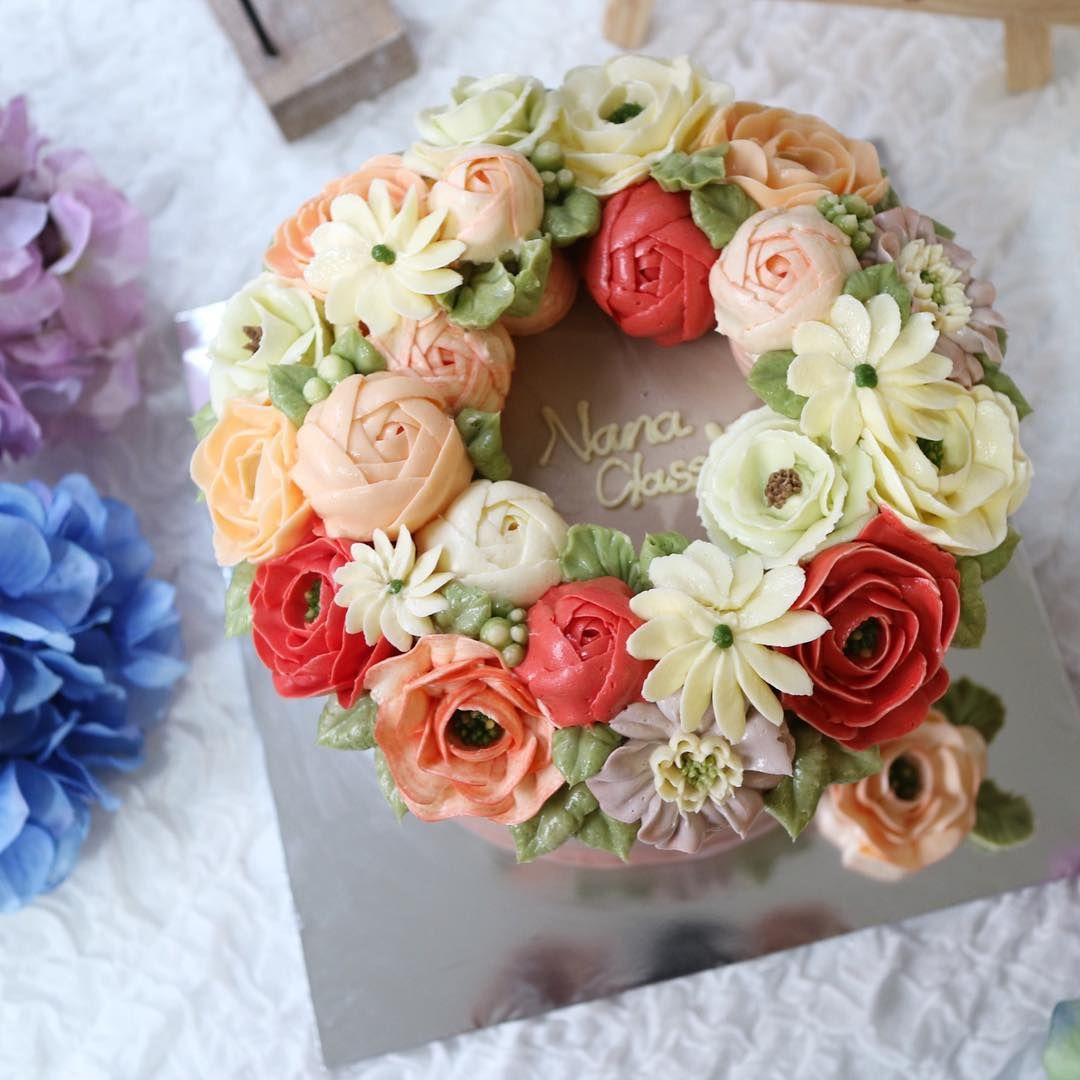 """Nanaclass basic course day-2 _ we made wreath style  #nanastyle#nanaclass#nanacake#nanarose#나나스타일#나나케이크#꽃케이크#꽃케익#Jakarta#bnbhotel  #we will have dinner…"""