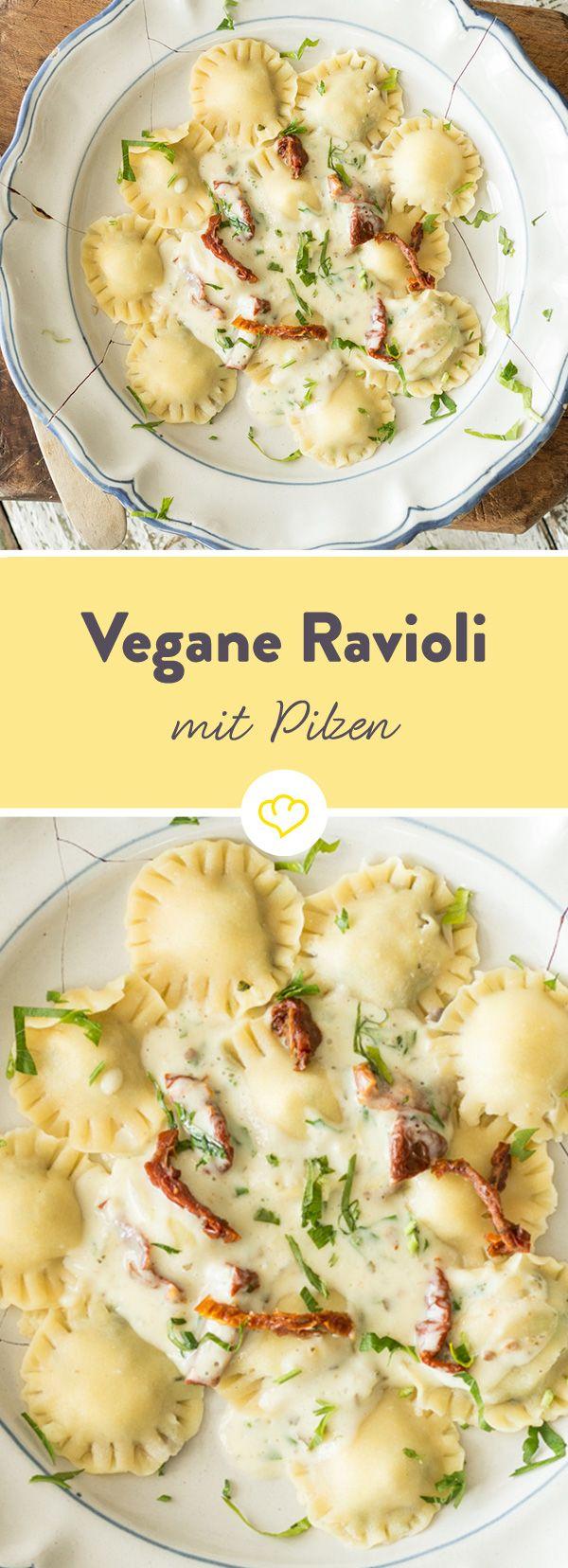 Vegane Ravioli mit Pilzfüllung und Knoblauch-Tomaten-Sauce