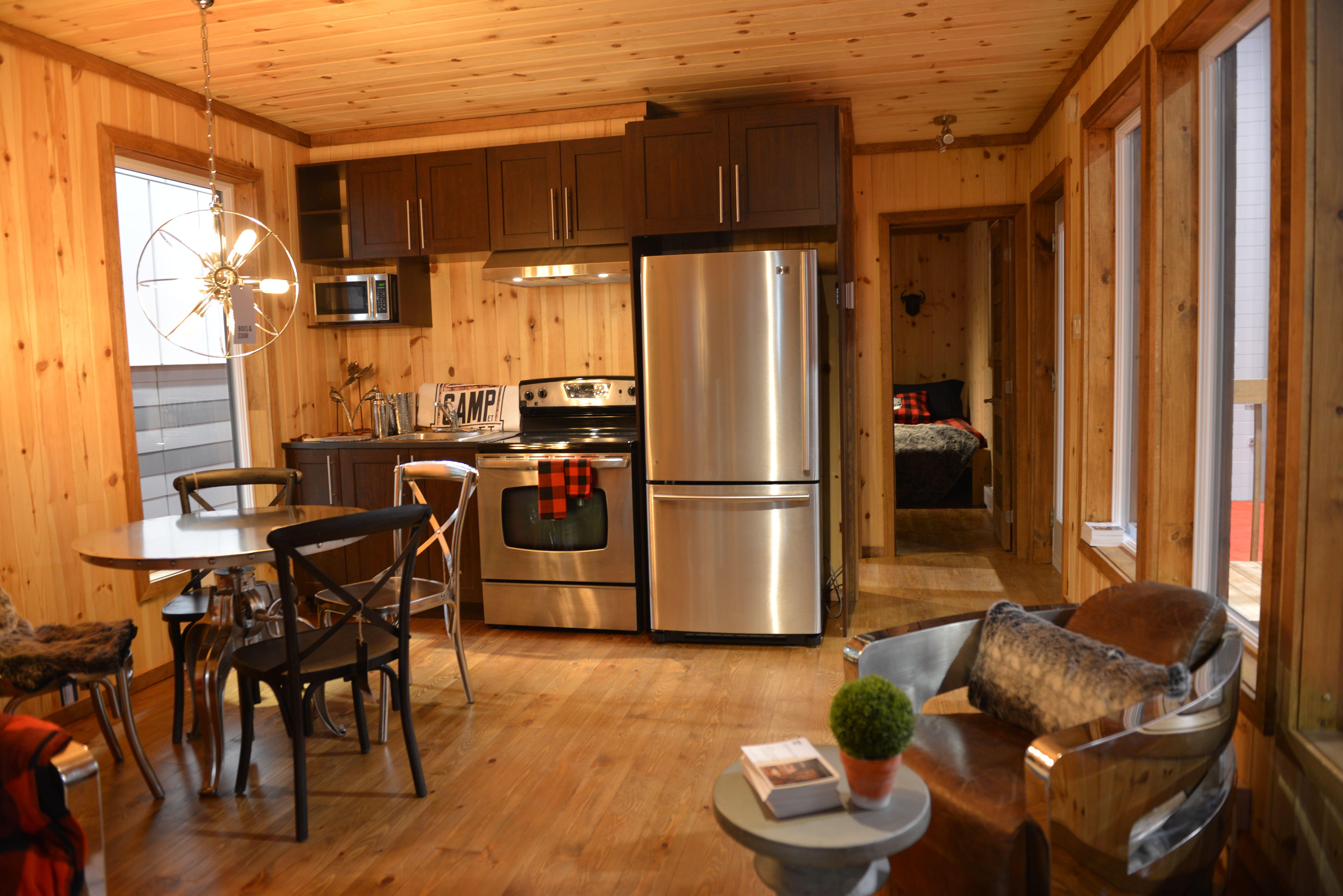 la chaleur du bois dans laire ouverte du salon et cuisine