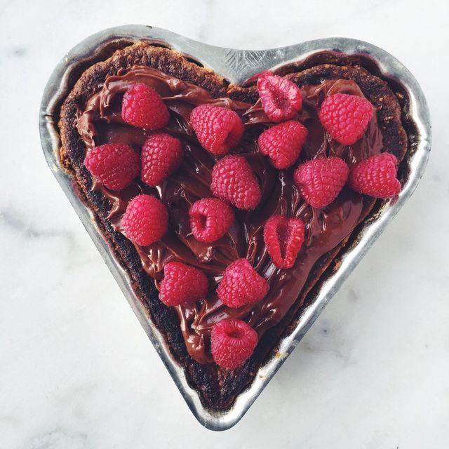 Valentins mandelkage med mælkechokoladeganache og hindbær