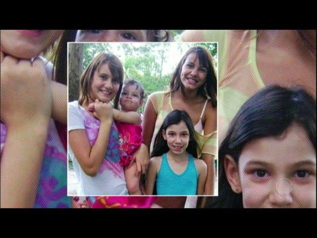 Após perder a mulher e uma filha em uma tragédia pai assume a criação de outras três filhas