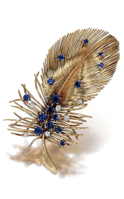 "CLIP ""FEATHER"" GOLD, SAPPHIRE AND DIAMOND BY BOUCHERON TO 1950 contained a feather in gold son gently curved, dotted with round sapphires and polished diamonds."