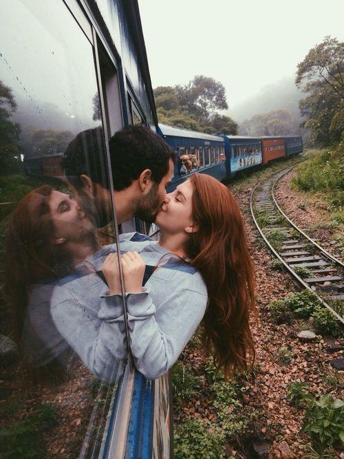 Pareja viajando en tren
