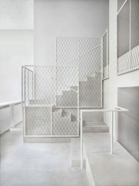 Escalier béton, garde-corps blanc maille grillage métallique ...