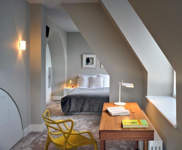 Wandfarbe Hellgrau Schlafzimmer Dachschrage Farbtupfer Gelber Stuhl  #LampSchlafzimmer