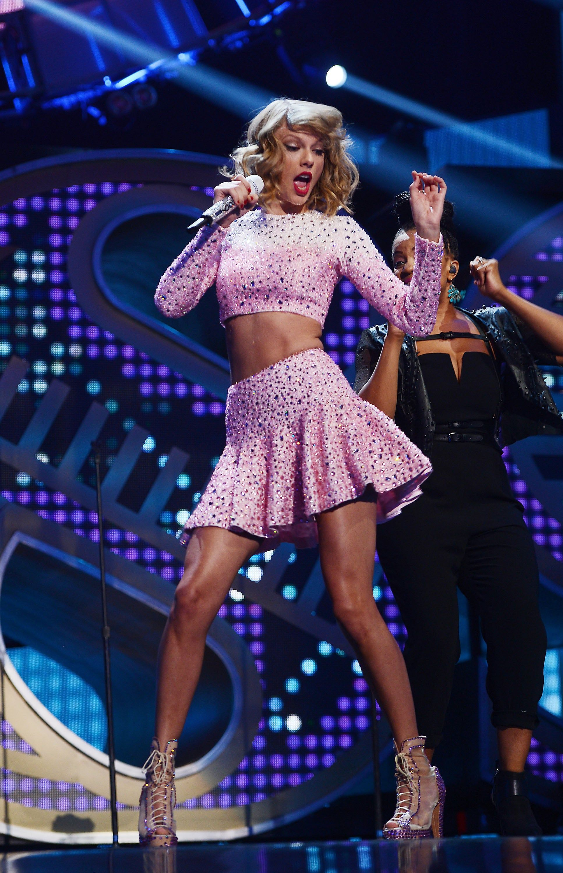 Taylor Swift At The 2014 Iheartradio Music Festival In 2020 Taylor Swift Concert Taylor Swift Hot Taylor Swift 2014