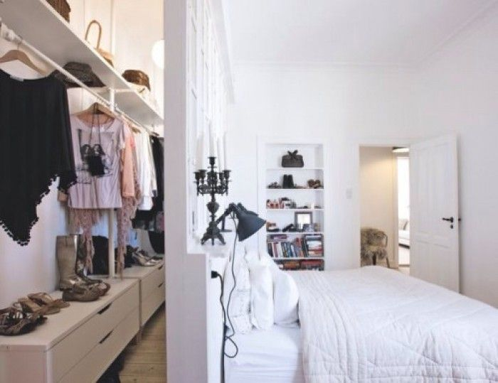 begehbarer schrank im schlafzimmer mit schwebender wand hinterm