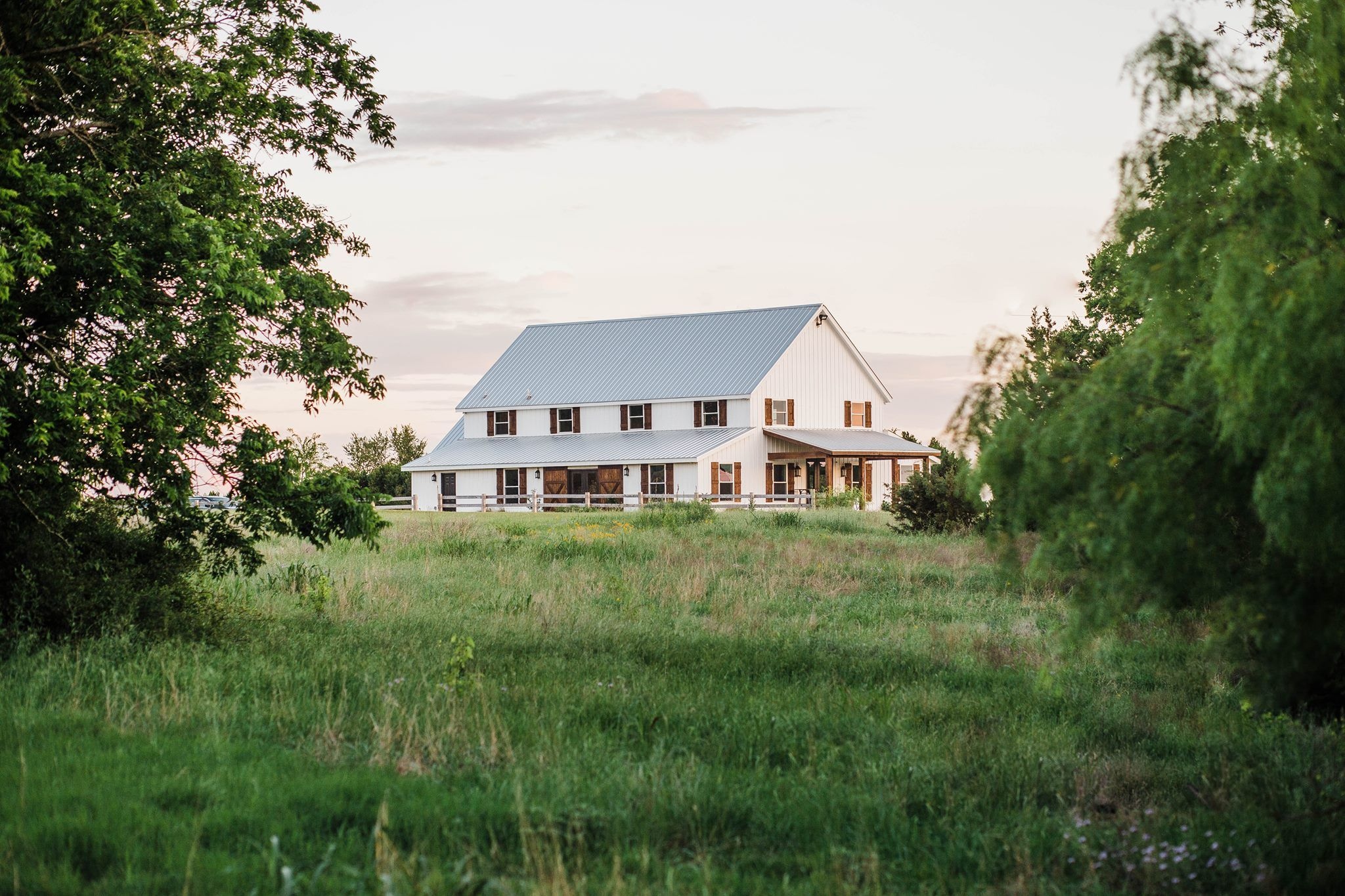 Farmhouse Style Wedding Inspiration At Five Oaks Farm Barn In Cleburne Texas