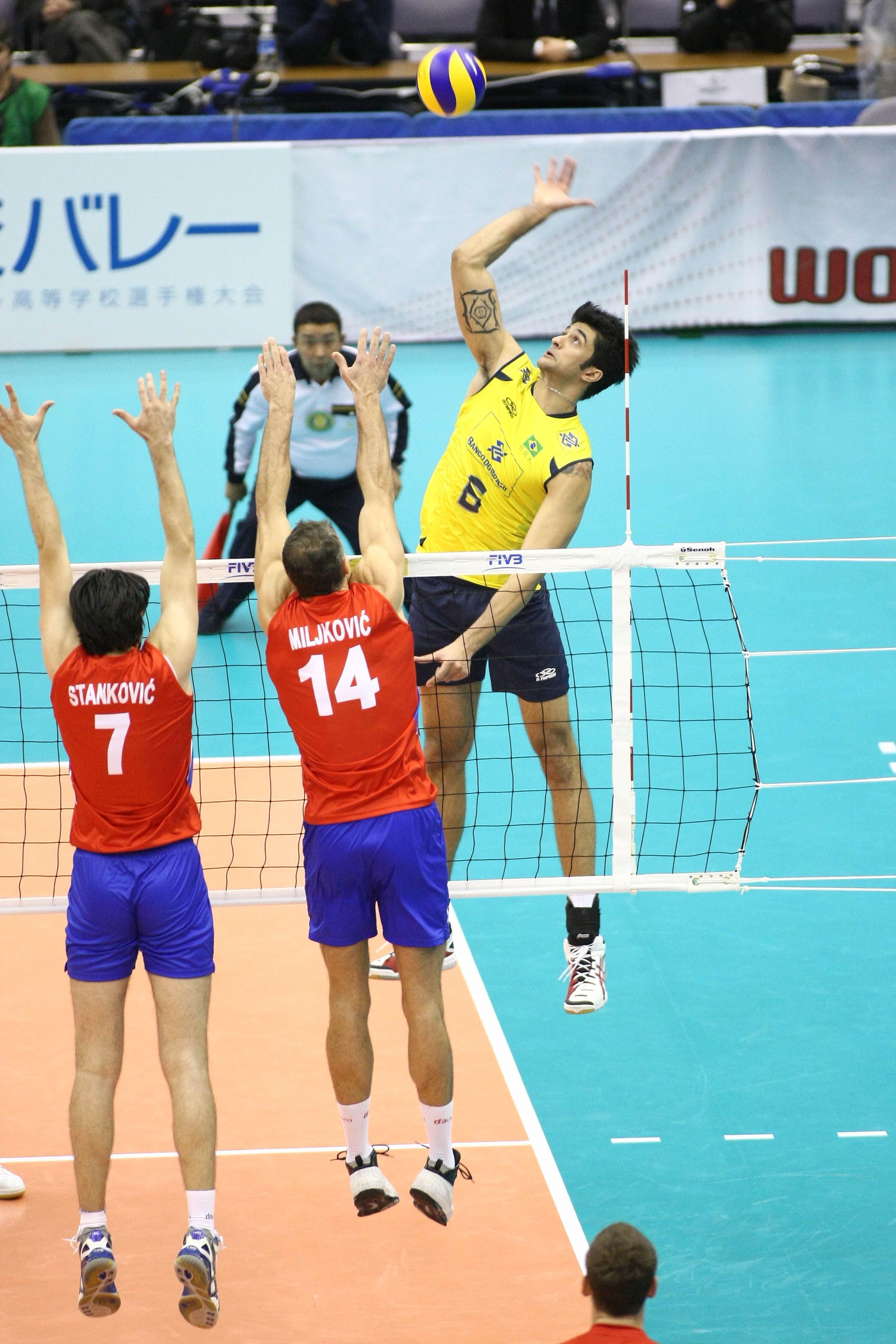 Leandro Vissotto Neves Bra Hits The Ball Against Blocks Volleyball Bra Ball