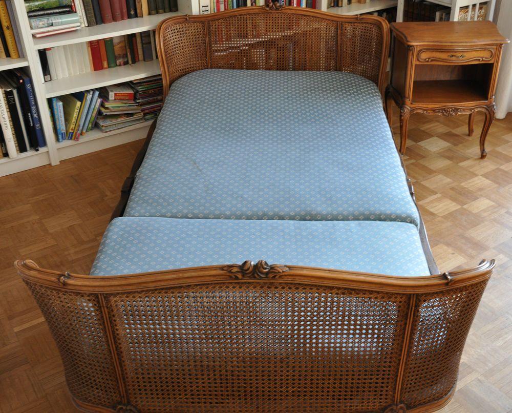 Traumhaftes Chippendale Bett mit Nachtkästchen geflochten Rund ...