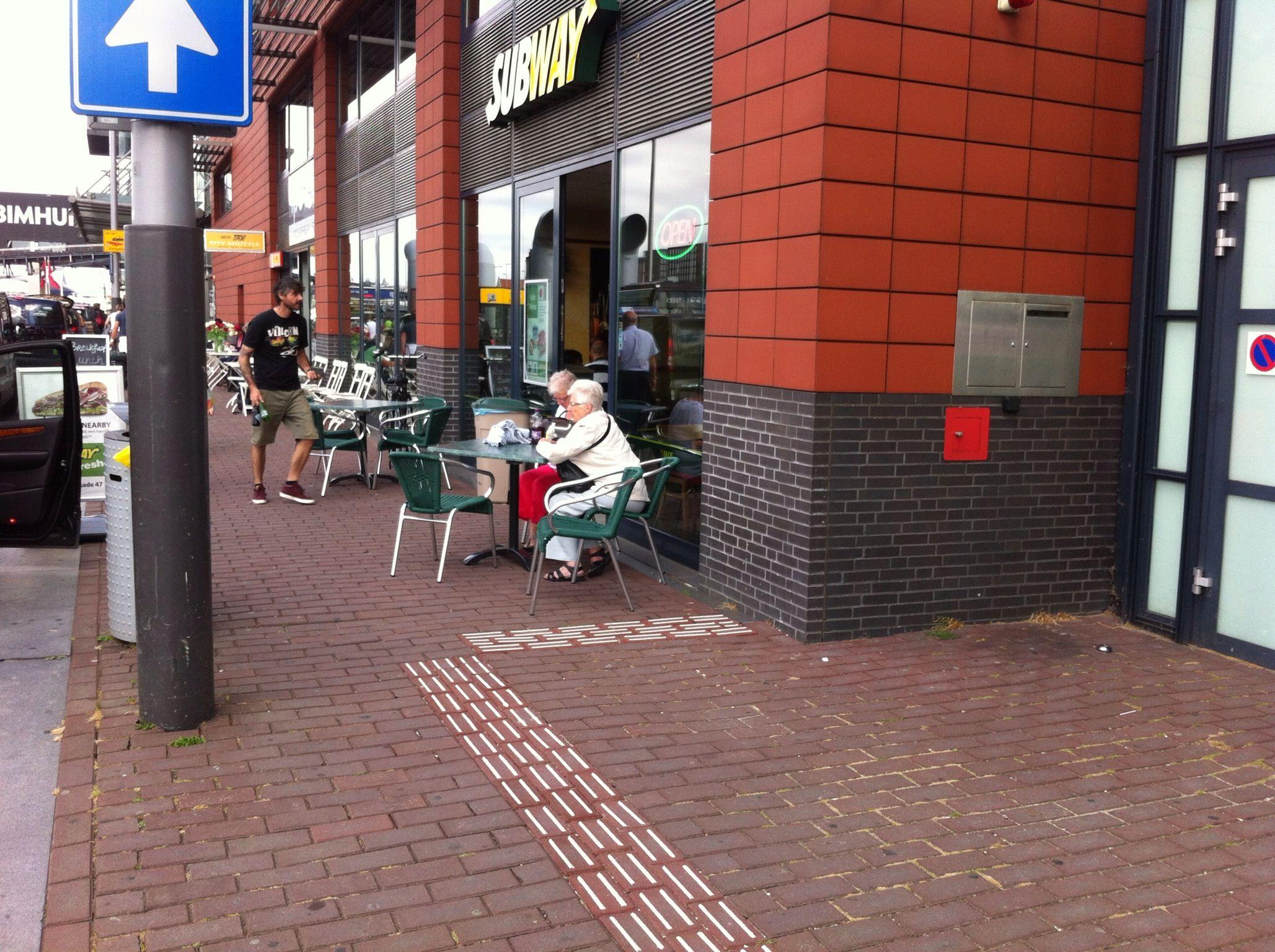 Piet Hein Kade Amsterdam, de geleidelijnen voor de Passengers Terminal zet je af op het terras van de Subway.