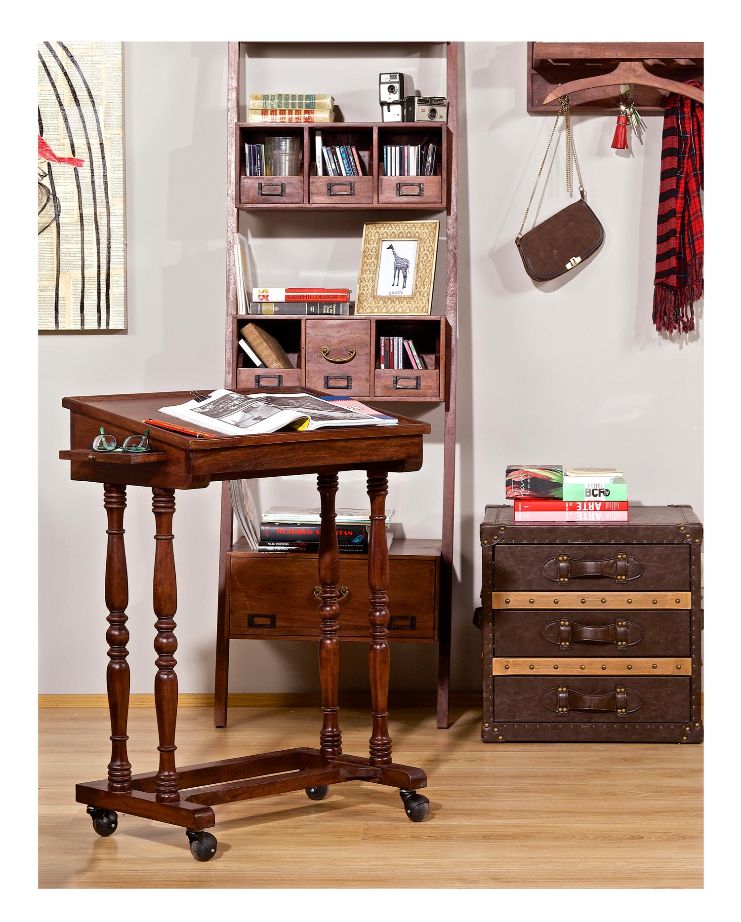Escribe, revisa, anota y reflexiona. El escritorio Santa Marta de la habitación roja.