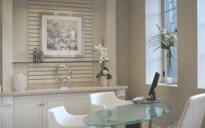Bureau fermé avec des cloisons en verre. Mariage du style classique et du style contemporain. Tablette pour ordinateur portable intégrée à la table de travail