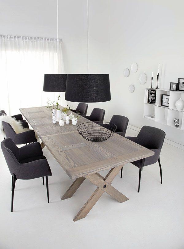 Eetkamer inspiratie | houten eettafel met zwarte stoelen en lampen ...