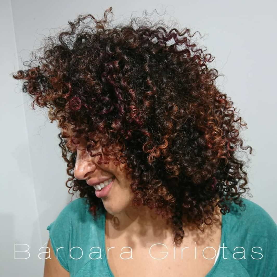 Pintura Highlights The Best Color Technique For Curly Hair Brown Curly Hair Curly Hair Styles Naturally Curly Hair Styles