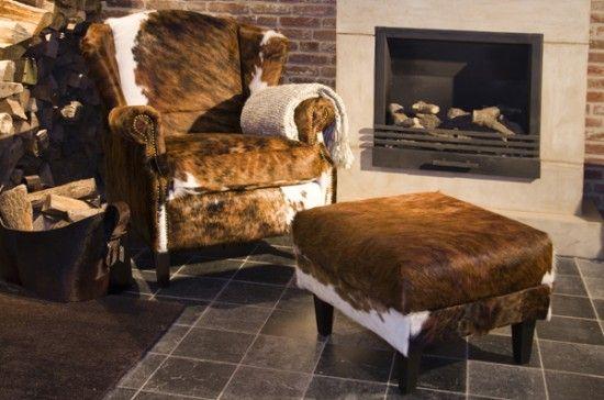 Mooie fauteuil van koeienhuid. past precies bij onze interieur op de
