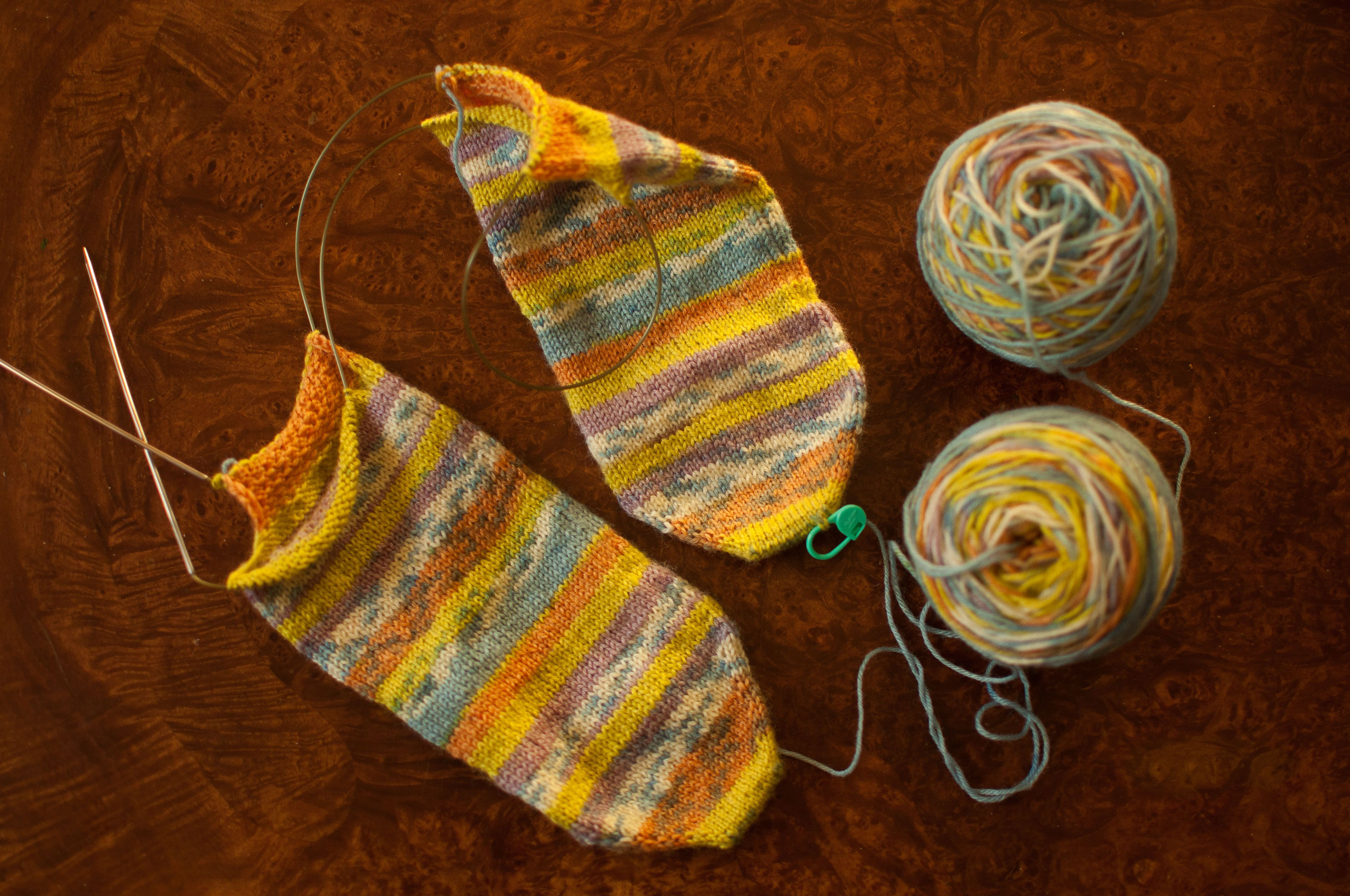 How to Knit Socks with the Magic Loop | Strümpfe/Socken, Socken ...