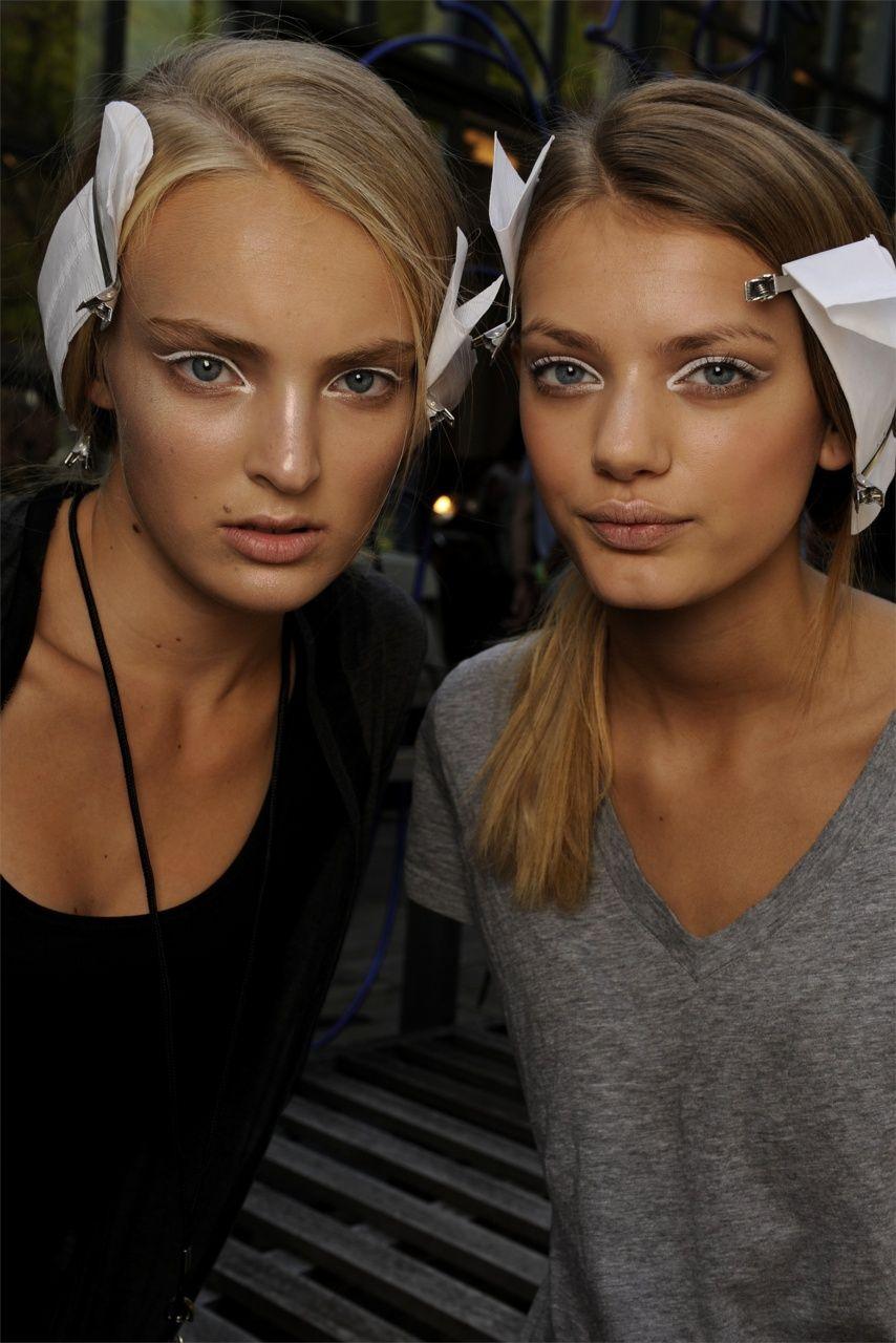 ta-xi:    catwalkqueens:    Ymre Stiekema & Bregje Heinen backstage at Donna Karan S/S 2010    love the white!!