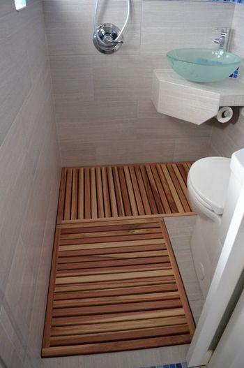 すのこをトイレに敷くアイディア こちらはシャワールームも兼ねている