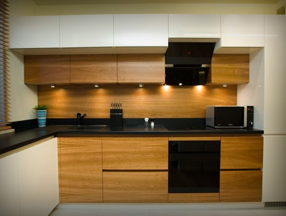 Kuchnia, biel, drewno, czarny blat  Kuchnia  Kitchen   -> Kuchnia Lakierowana I Drewno