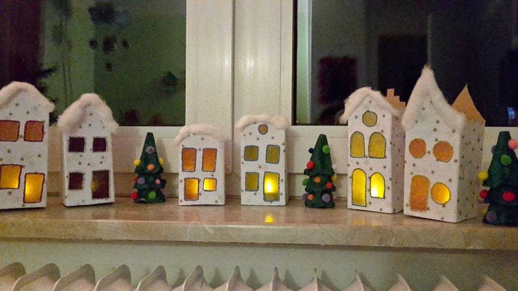 Weihnachtsstadt aus Milchtüten - Basteln mit Kindern - Weihnachten Upcycling | Quatsch-Matsch.de #weihnachtenbastelnmitkindern