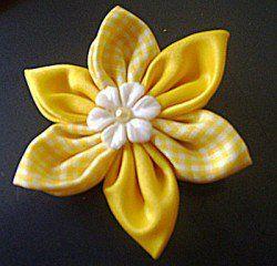 Broche amarelo da Telma Scherr, com fuxico