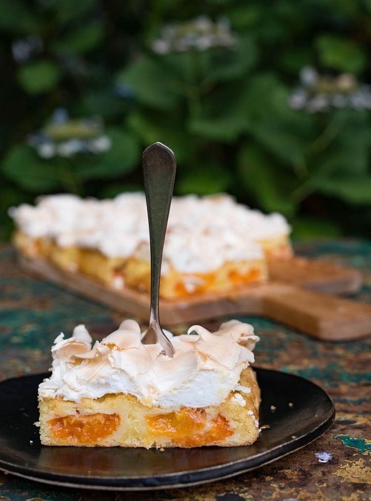 Wachauer apricot cake with crunchy meringue topping - sheet cake with apricots   - Essen und Trinken -