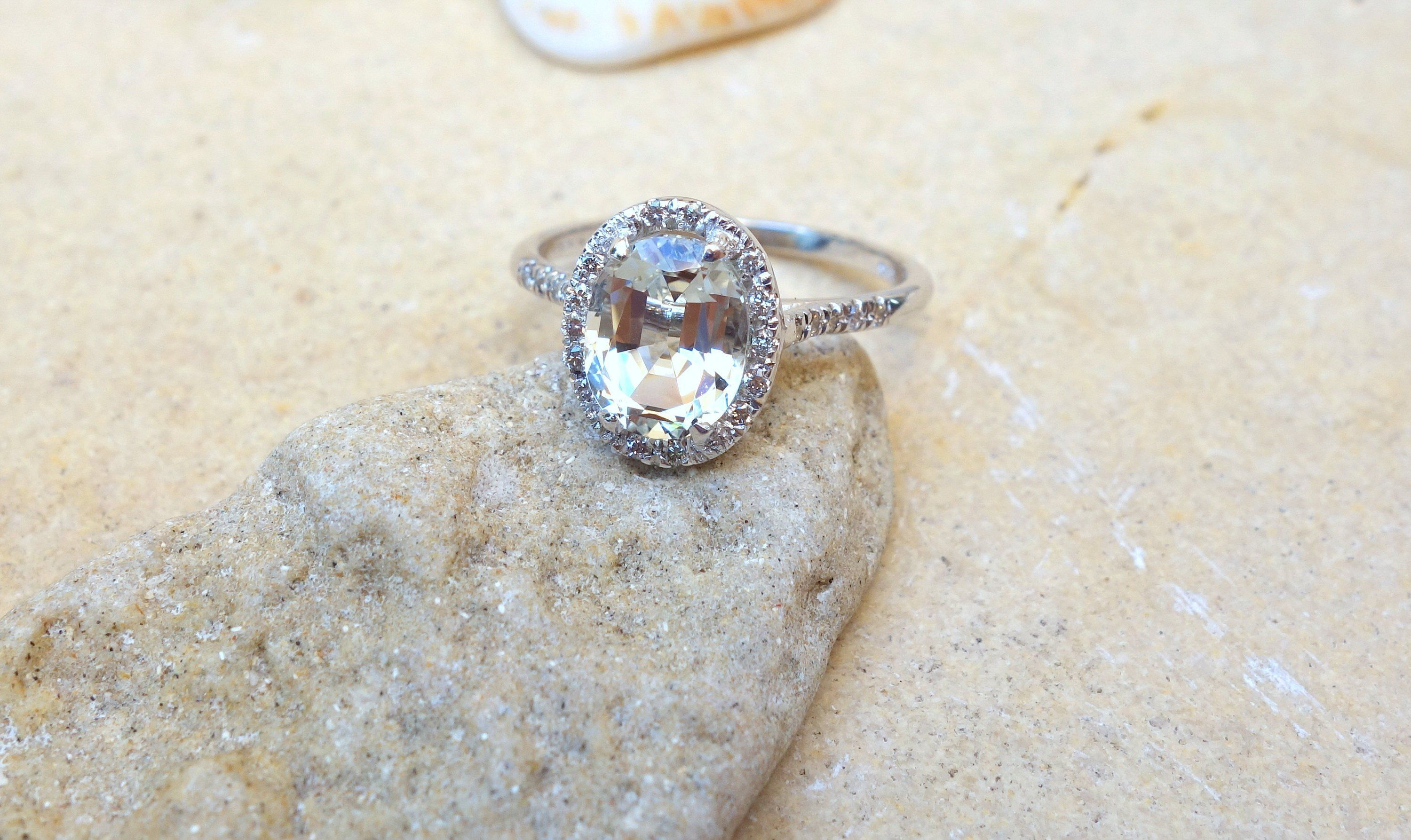 Halo diamond ring Engagement Ring Bridal Eternity Band Fine Jewelry Cocktail Ring Unique Unusual Solitaire Different Vintage yellow gold #Band #Bridal #Cocktail #Diamond #engagement #Eternity #Fine #Gold #Halo #jewelry #Ring #Solitaire #Unique #unusual #Vintage #yellow
