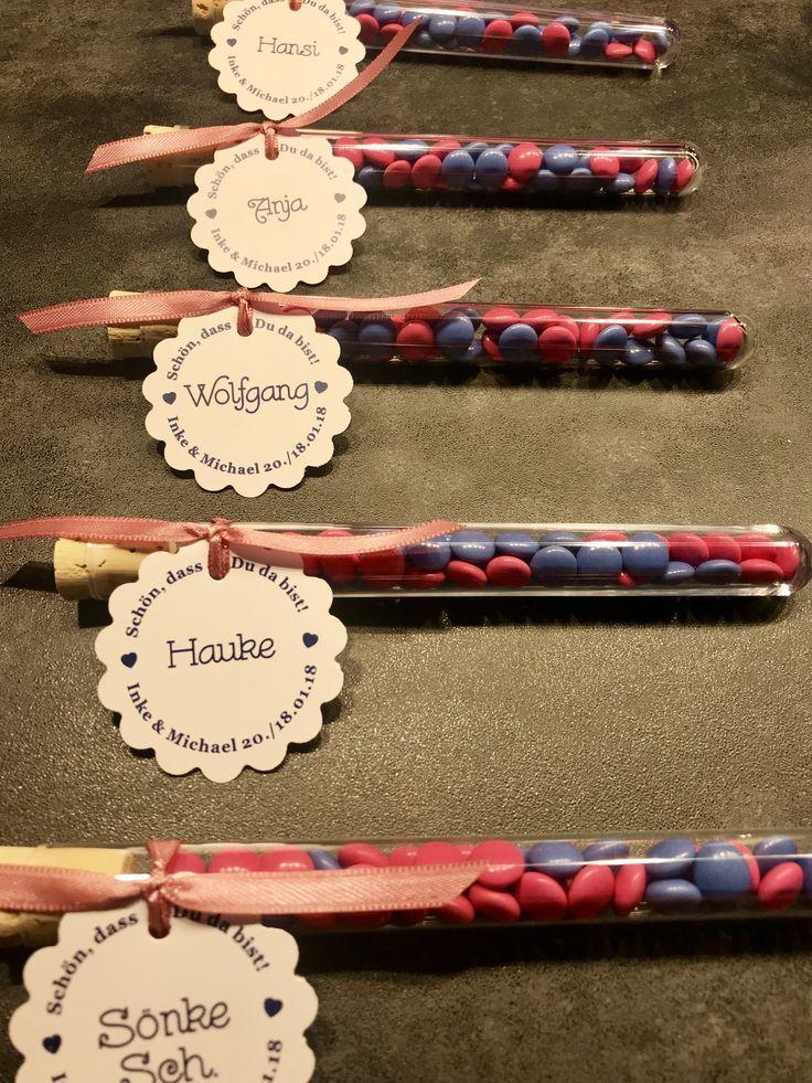Hochzeitsbevorzugungen mit Tischkarte. Schokolade in pink / blau. Satinband ...