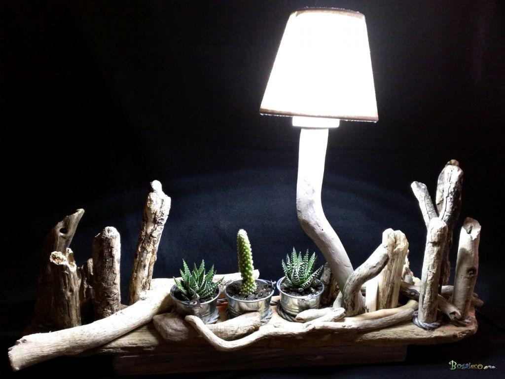 Lampe montée sur une planche flottée supportant un petit jardin ...