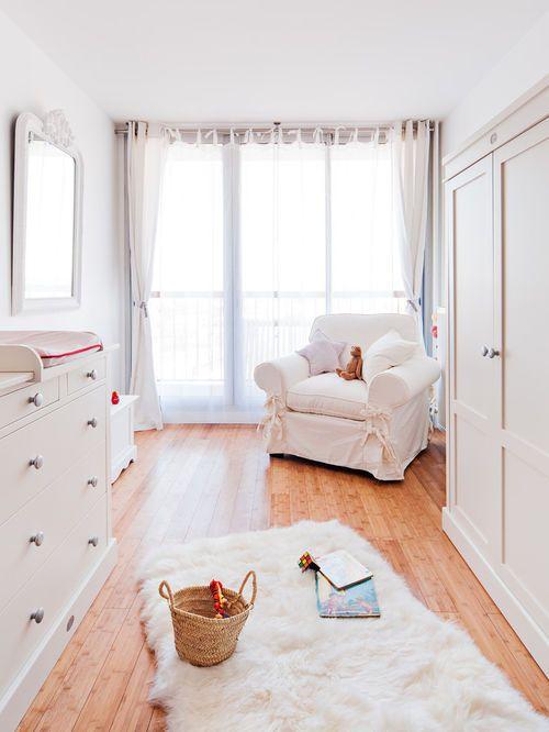 Exemple d\'une grande chambre de bébé neutre nature avec un sol en ...