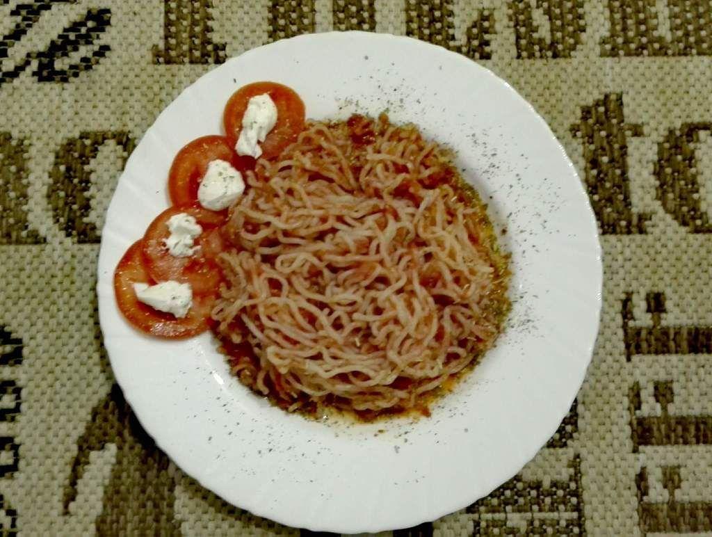 Nudeln a la Toscana für die Stoffwechseldiät in der strengen Phase. Bei dieser vegetarischen Mahlzeit werden Konjaknudeln oder Reis verwendet