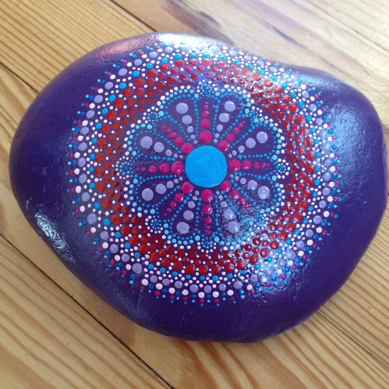 Mandala # Caillou peint à la main | malen undbasteln ...