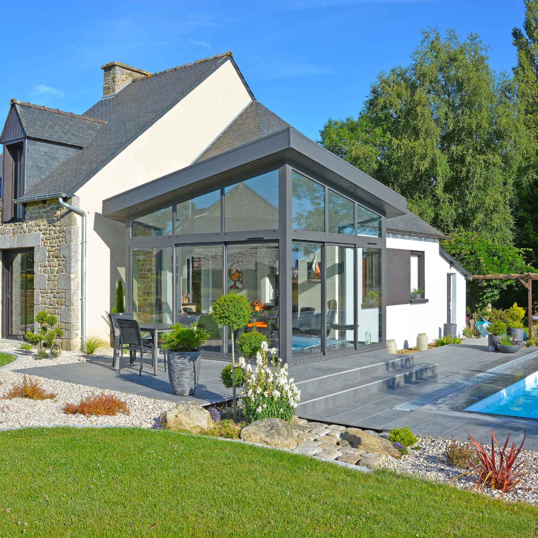 Extension maison vitrée avec un toit incliné. Aluminium gris anthracite. Extension veranda pour ...