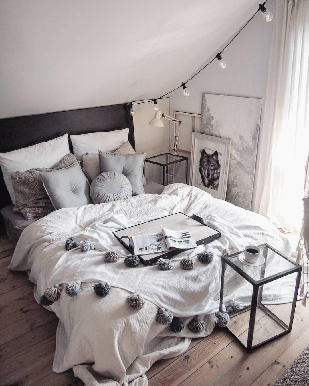Elegant Eclectic Bedroom In White And Grey Tones ähnliche Tolle Projekte Und Ideen  Wie Im Bild Vorgestellt Findest Du Auch In Unserem Magazin .
