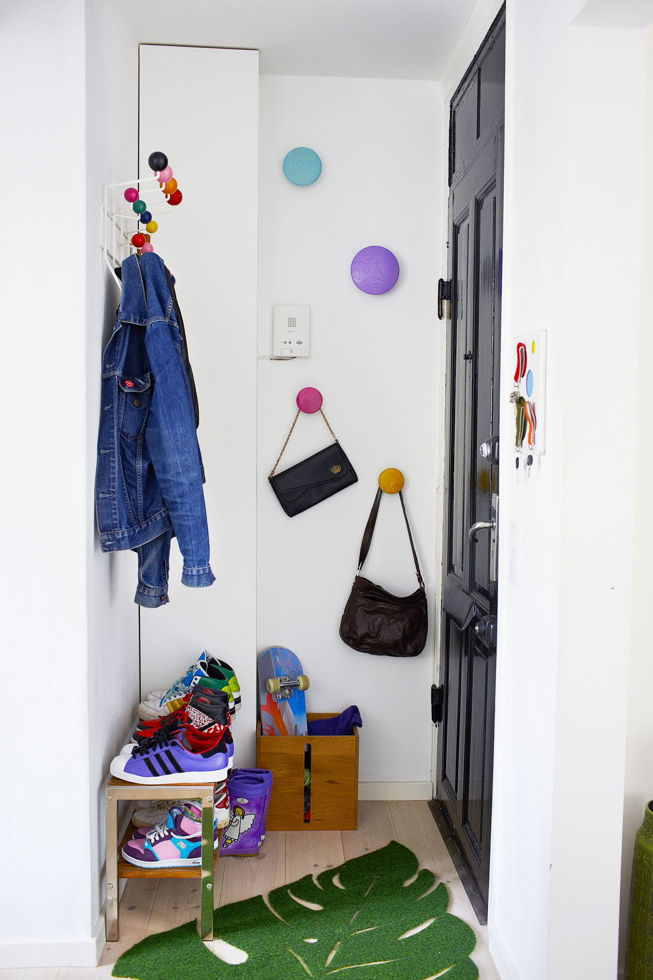 entre #opbevaring #eames #hangitall #sko #dots #indretning #interior ...